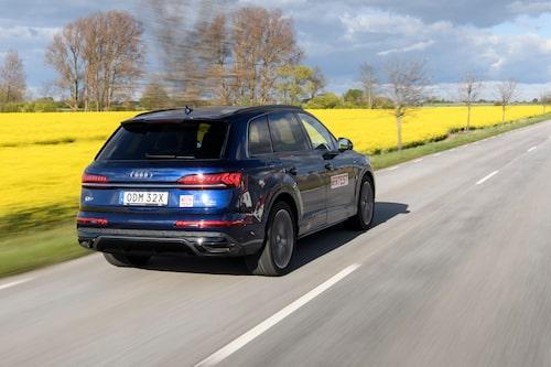 Audi Q7 60 TFSI e far fram vid sidan om den blomstrande rapsen. Elräckvidden mäts upp till 4,6 mil.