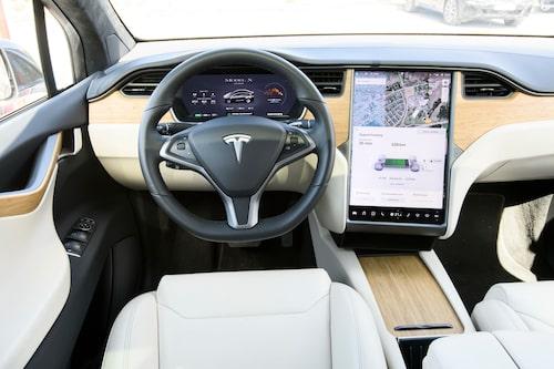 Totalt digitalt och avskalat med den enorma skärmen mitt i bilen.