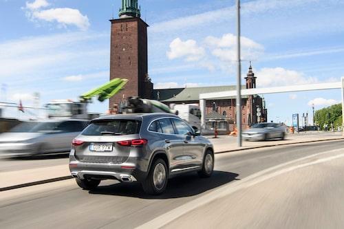 Stockholms stadshus tornar upp sig i bakgrunden. Mercedes GLA rullar skönt genom stadstrafiken.