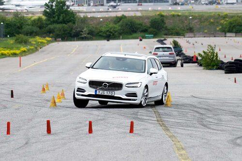 Volvo V90 känns mjukare och kränger mer än konkurrenterna, men den håller spåret bättre och slinker igenom snabbast. 75 km/h klarar den i älgtestet.