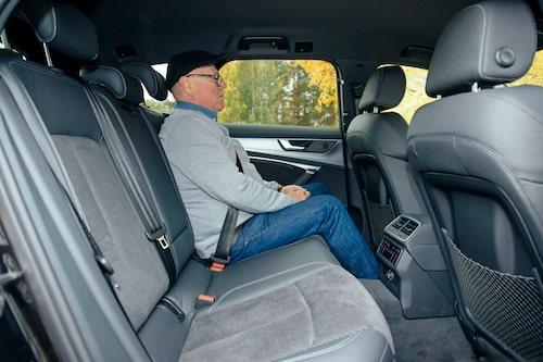 I baksätet finns gott om utrymme, sittdynan är ganska platt men ger bra lårstöd.