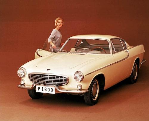 P1800-projektet gick länge under namnet P958 men när den nya bilen visades för första gången offentligt var namnet just P1800. Platsen var den internationella bilsalongen i Bryssel ijanuari 1960. I april skickades bilen över Atlanten för att uppträda i New York.