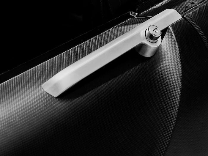 Dörrhandtag som inte kan misstas för något annat än att det tillhör Volvo P1800.