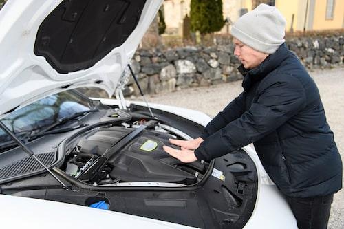 Kåpan över 2,9 liters V6:an är varm och skön en kall morgon.