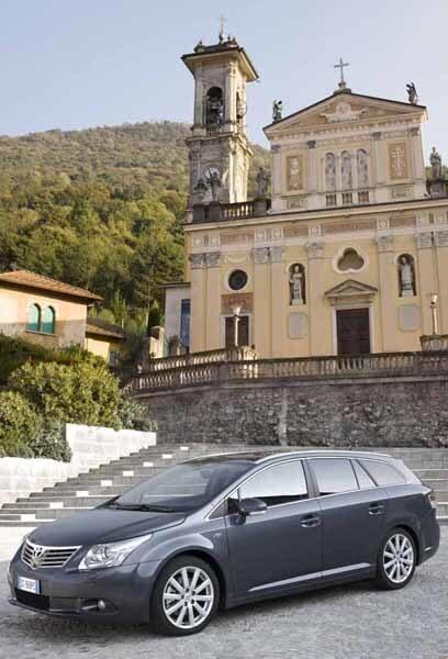 Linjespelet är snyggt även på kombin, man anar tydligare än tidigare släktskapet med lyxbilmärket Lexus.