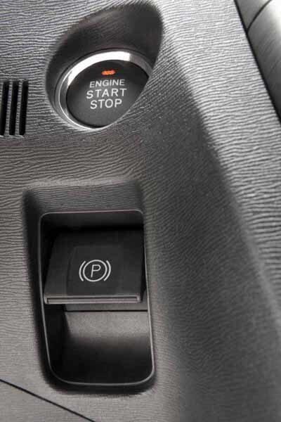Precis som många andra har Avensis nu också elektronisk handbroms.