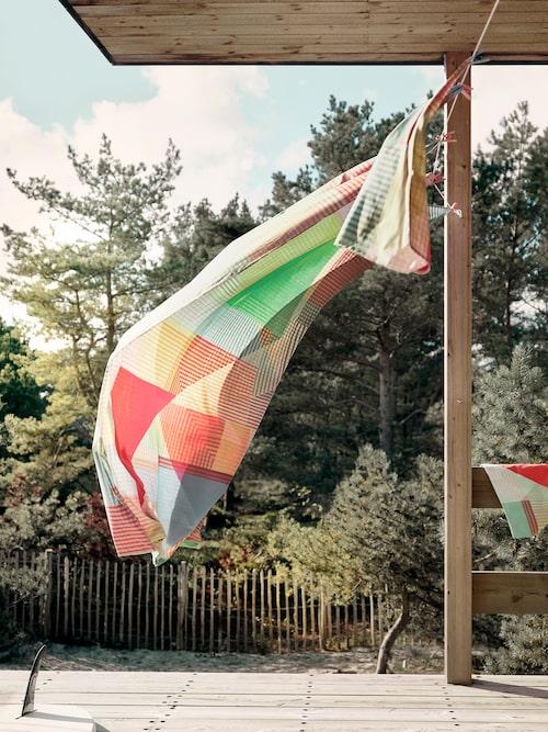Bäddsetet Pimpernöt består av ett grafiskt mönster i allsköns färger. Livar upp vilken tvättlina som helst!
