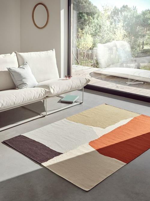 Vacker matta med abstrakt mönster i 100% ull.