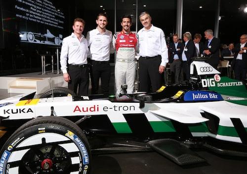 Allan McNish, Daniel Abt, Lucas di Grassi och Dieter Gass bakom Audi e-tron FE04.