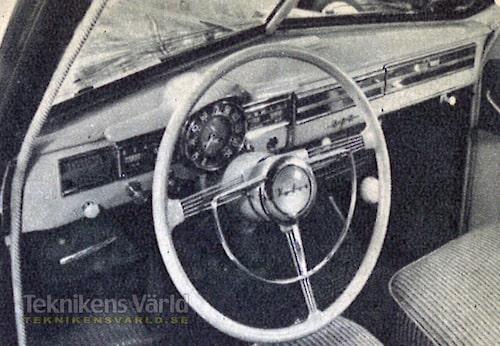 Trivsel vid ratten. Instrumentpanelen är redig och skyms inte av ratten. Vagnens ljusa interiörfärger ger ett glatt intryck.