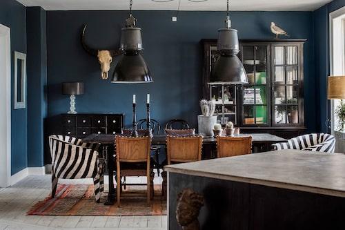 Industrilamporna över matbordet kommer från forna Tjeckoslovakien. Bord och skinnstolar från Home & cottage och Maritabutiken i Oslo. Karmstolarna, med zebraskinn, och kelimmattan är hemtagna från Marrakech, och hornen från Thailand.