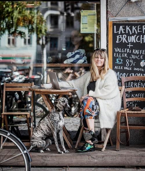 Helium, en whippet, hänger med Anna Norrman på kafé i Nørrebro. Mattes inredningsäventyr kan följas på thenorrmans.com.