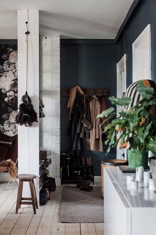 Det blir en spännande effekt med den svarta hallen som mynnar ut i det vita, svala sovrummet. Kelimmattan i mättade färger har paret hittat i Istanbul.