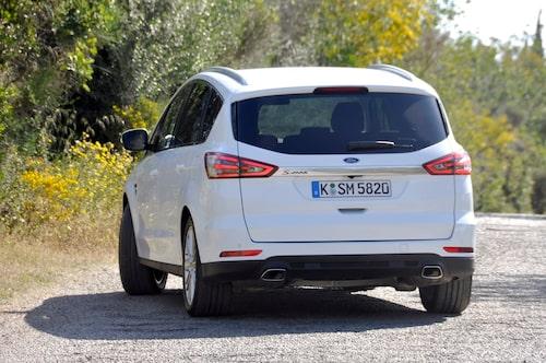 S-Max cementerar Forddesignen, hög igenkänninghetsfaktor. Reservhjul hänger under bilen.