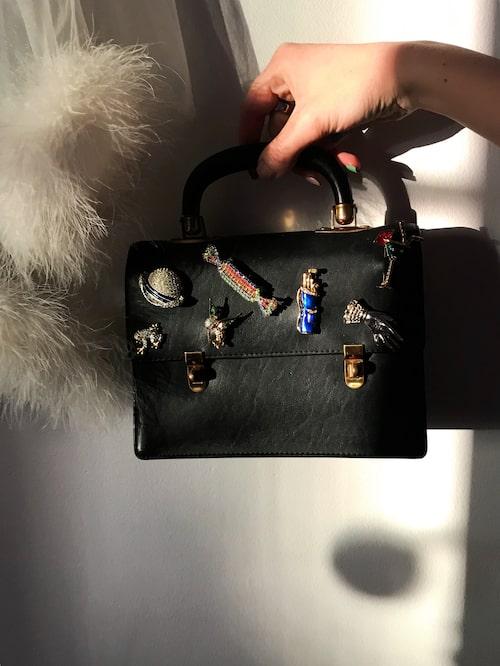 """""""En väska som jag upcyclat med hjälp av pins"""""""