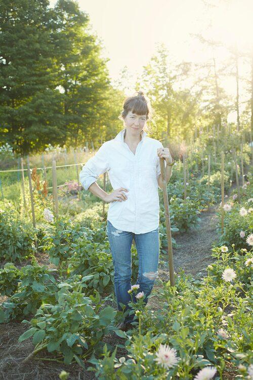 Floristen Sarah Ryhanen mitt i dahliafältet. På sin gård några timmar norr om New York odlar hon blommorna till sina omtalade arrangemang.