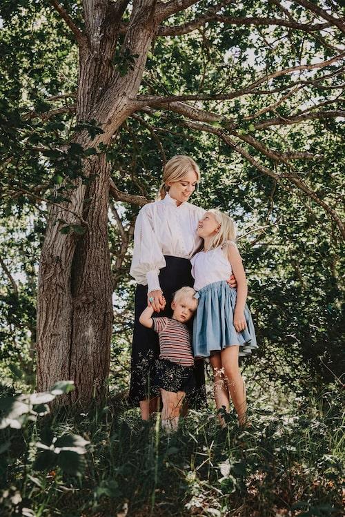Trots att Ebba tog det betydligt lugnare med tredje barnet har hon jobbat mycket med en bebis på armen.