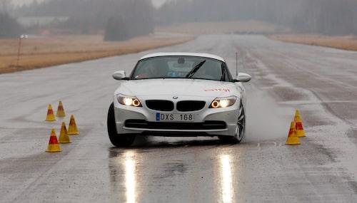 Ett exemplariskt uppträdande med totalt balanserade egenskaper. Bilen understyr ur banan när vi når gränsen vid 69 km/h (avser Z4 sDrive28i).
