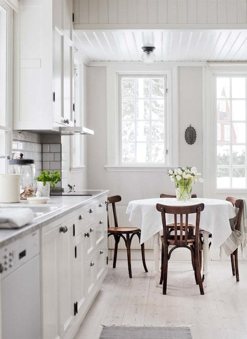 De franska bistrostolarna i köket är köpta på Garbo interiors. Från arbetsbänken i köket ser man ut till trädgårdshuset som bland annat används för middagar och övernattande gäster.