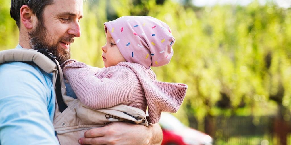 Du får fin kontakt när du bär ditt barn i bärsele. Det är viktigt att selen känns bekväm, så ställ in den rätt.