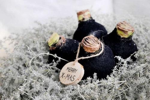 Dramatiskt svartvaxade jullökar täckta med svart glitter.