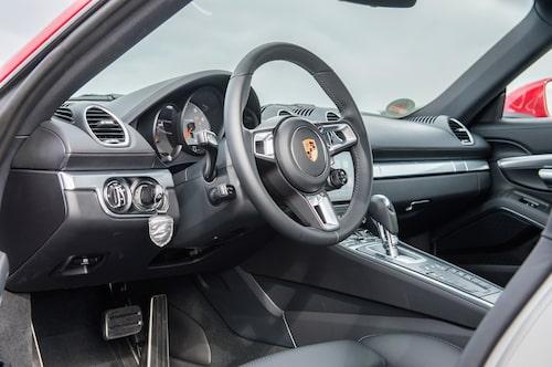 Nog känner man igen förarmiljön. Den nya snygga ratten är inspirerad av 918 Spyder.