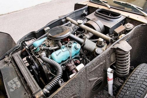 Framvagn och mekanik i övrigt kommer direkt från Saabs lagerhyllor och här syns tydligt att hela motorn sitter framför framaxeln.