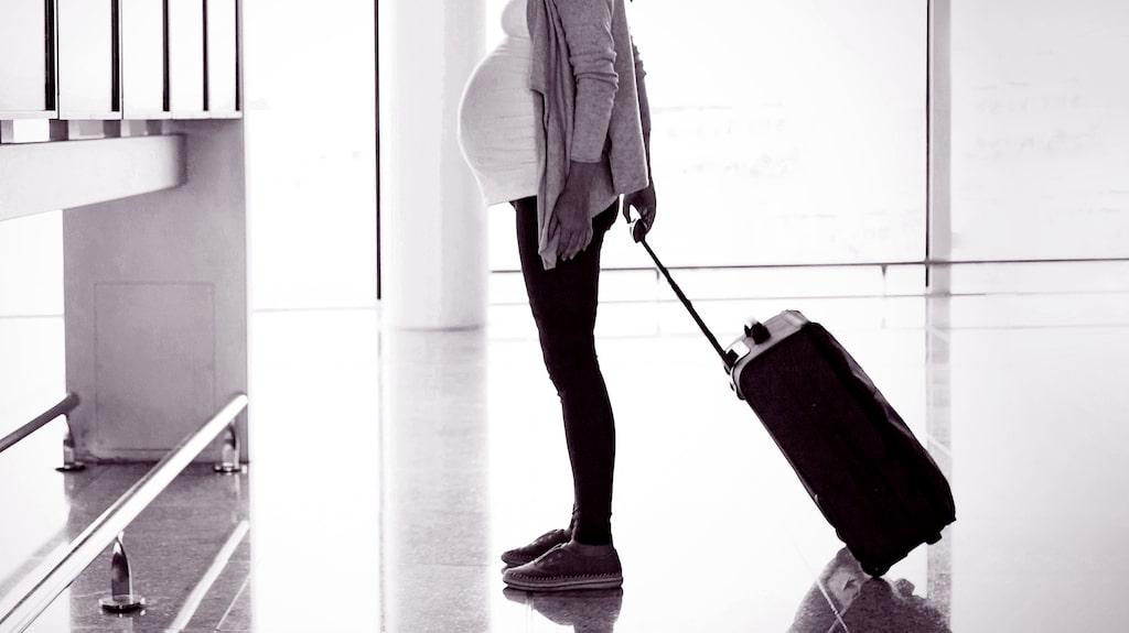 Hur länge får man flyga som gravid? Flygbolagens regler ser lite olika ut.