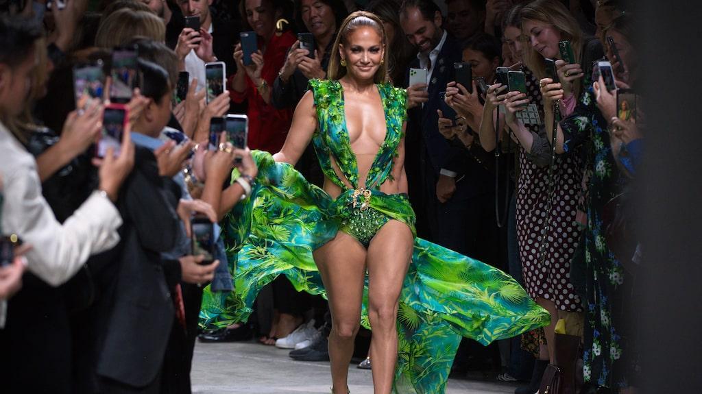 Jennifer Lopez i den gröna Versaceklänningen på Versace SS20-visingen i Milano