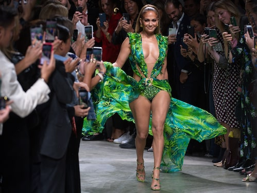 Jennifer Lopez i den berömda gröna djungelklänningen från Versace på Versaces SS20-catwalk under Milanos modevecka.