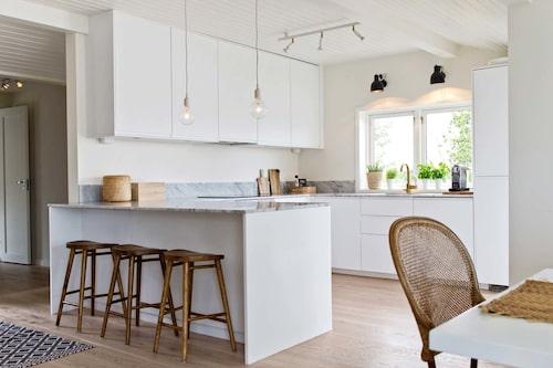 Köksön är perfekt för stora bufféer. Kök, Ikea, bänkskiva i carraramarmor, Eurokeramik, barstolar, Ellos home, taklampor, Muuto, väggbelysning, Örsjö belysning.
