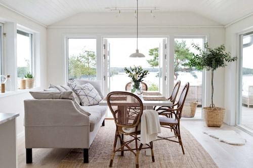 Matta, Ikea, stolar, Sika design, soffa, Dis inredning, ommålat matbord i ek från R.o.o.m, taklampa, Fritz Hansen. Vas och kuddar, Tine K home.