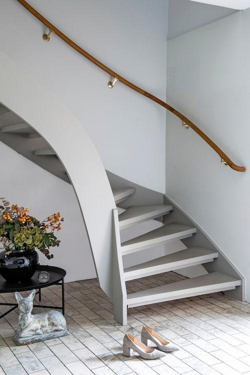 I entréhallen på husets nedervåning lät paret originalgolvet i marmor ligga kvar. Bord, Ikea. Vasen och rådjuret är arvegods.