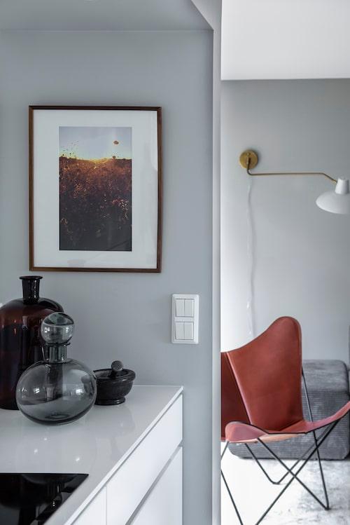 Tavlan är ett print av fotografen Severus Tenenbaum. Fladdermus-fåtölj från Ox Denmarq, grå flaska, Housedoctor.