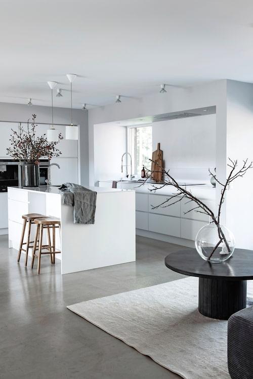 Stilrent och enkelt kök där stora glaspartier sätter tonen. Köksinredningen kommer från Kvik, barstolar, Ellos.