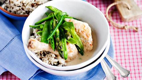 Recept på kycklinggryta med chèvre och sparris.