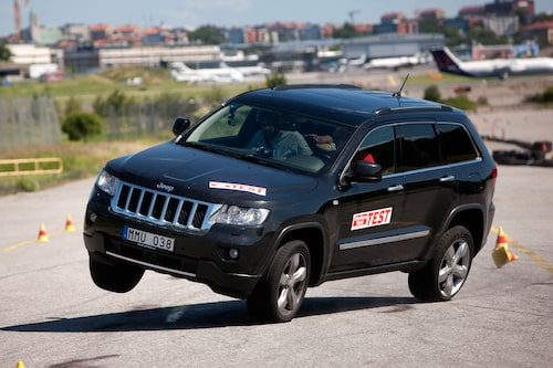 """Jeep Grand Cherokee Overlands beteende i """"älgtestet"""". Livsfarligt, och en kombination av felaktig viktangivelse och dåliga säkerhetssystem i bilen."""