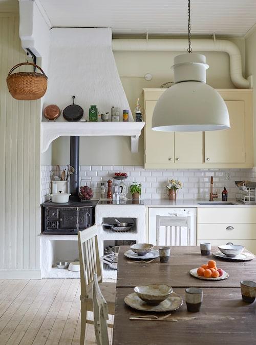 Köket är från Marbodal 1958. Spishällen är integrerad i murstocken med vedspisen. Detta gjordes av Ljusterös kakelugnsmakeri som också renoverade kakelugnarna. Stolar från Pers farmor, slagbord köpt på auktion. Keramiken är tillverkad av Helena Molund.