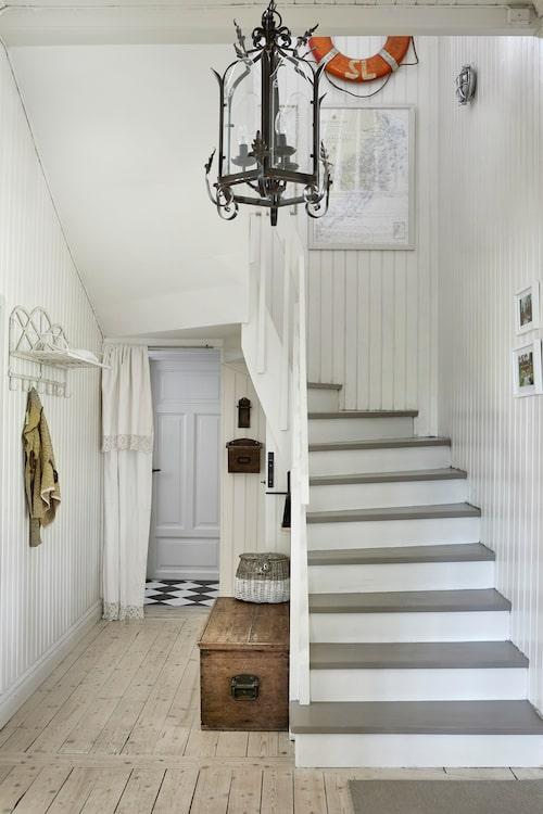 Draperiet i nedre hallen är ärvt från farmor. Kistan och taklampan är inköpta under familjens tid i London.
