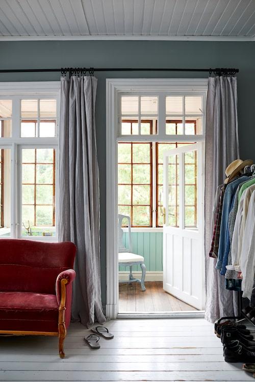 Längs ena sovrummet löper husets glasveranda. I förgrunden gammelfaster Hildas sammetssoffa.