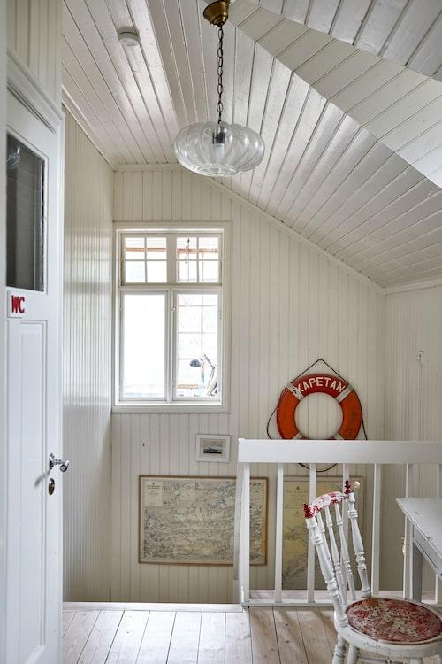Hallen på övervåningen bjuder på skön skärgårdskänsla.