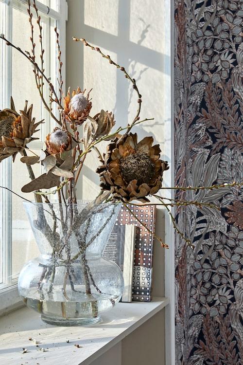 Glasvas, Olsson & Jensen, med ett hållbart blomster-arrangemang av torkade växter.