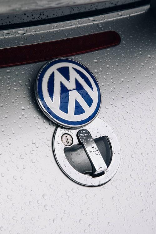 Under det uppfällbara VW-märket bak gömmer sig snyggt låset till bakluckan.