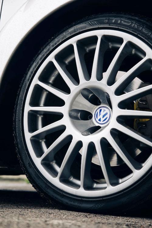 Breda specialdesignade fälgar med djupa hjulnav ger karaktär till karossformerna.