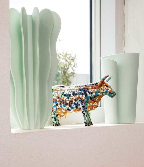 """Mellan mintgröna vaser av Pia Törnell står en turistkossa från Provence. """"Förr var det sådant jag bara inte hade, men jag tycker om den."""""""
