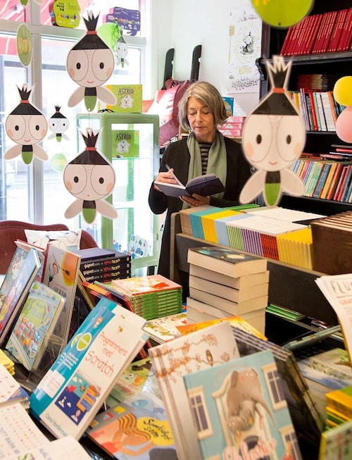 Åsa köper alla sina böcker i Höganäs bokhandel på Köpmansgatan, som lever kvar och frodas i Christoffer Palmers regi. Fantastiskt för en så liten stad! Dessutom är det en mötesplats där man kan dricka cappuccino. Det första som möter i ett ställ på disken är Åsas memoarbok Livet.