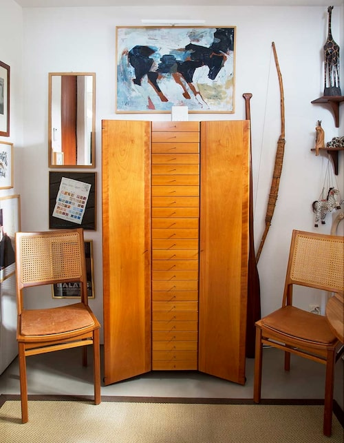 Bror Boijes formgivning möter redan i hallen: Skåpet är endast tillverkat i några få exemplar.