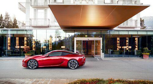 Trots storleken med 4,77 meter är LC 500 ganska trång. V8:an har 25 liter större bagageutrymme än hybridmodellen.