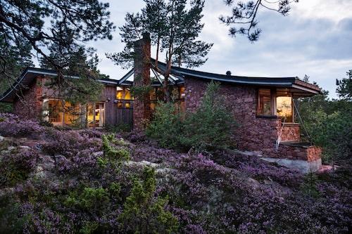Stenhuset är 110 kvm stort. Fasaden av röd granit spelar vackert mot den lila ljungen. Det byggdes 1987 av byggmästare Torbjörn Schauman från Eckerö på Åland och ritades av den svenska arkitekten Kauno Grönberg.