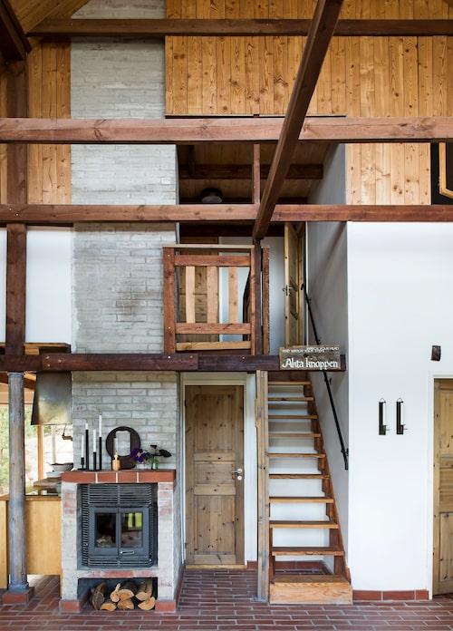 """Inne i Solhuset bjuds på en charmig och mixad palett av återvunnet tegel och trä – det blir en känsla av """"hemma hos Pettson &Findus"""". Trappan leder upp till sovrummet."""